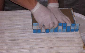 Укладываем мозаичную плитку