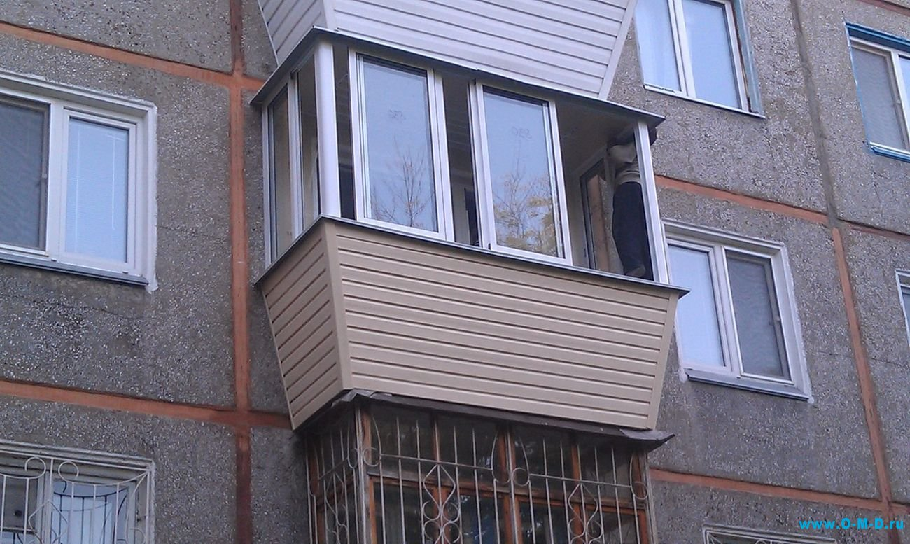 Остекление балконов с выносом пластиковыми панелями.