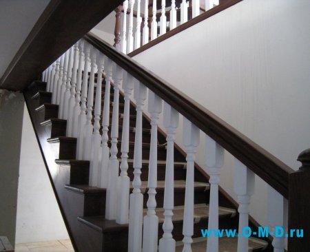Деревянные лестницы с балясинами в загородном доме