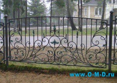 Кованые элементы в декоре заборов и оград